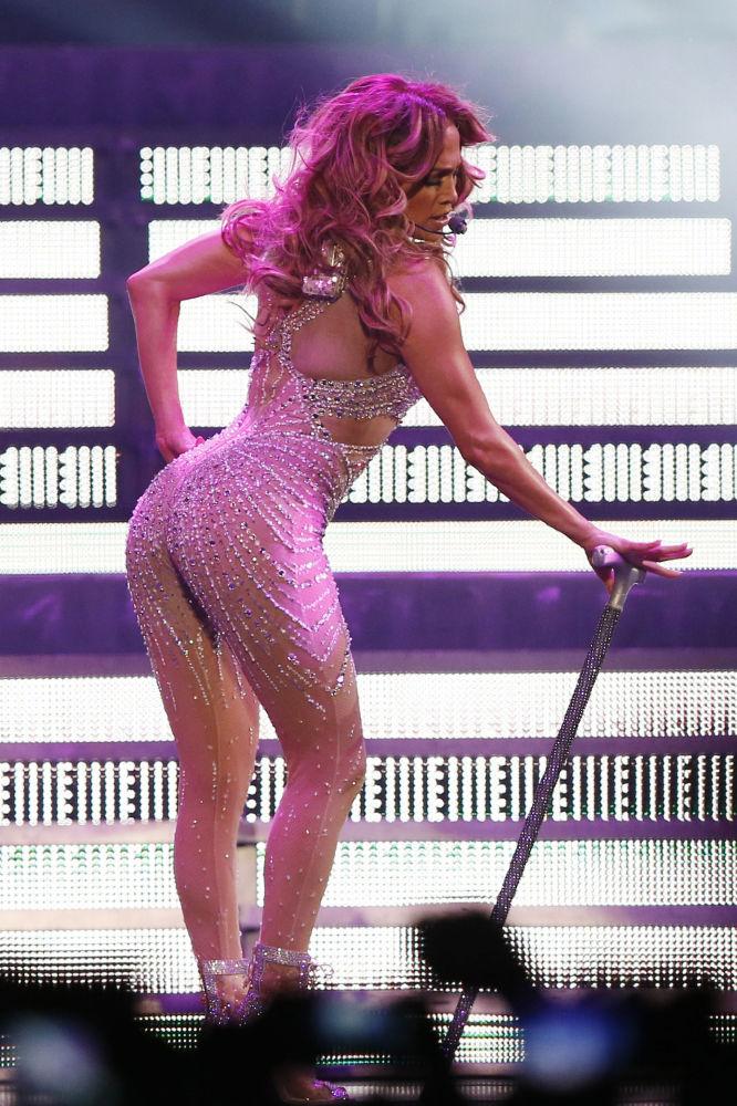 Herečka a zpěvačka Jennifer Lopez během svého vystoupení v pařížském koncertním a sportovním centru Bercy