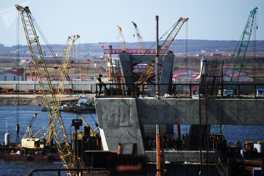 Honosná výstavba přeshraničního mostu, který vede přes řeku Amur a spojuje Čínu s Ruskem
