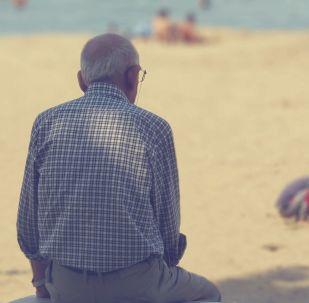 Starší muž na pláži