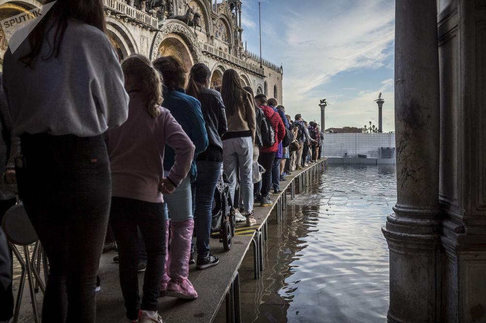 Lidé na náměstí Svatého Marka v Benátkách