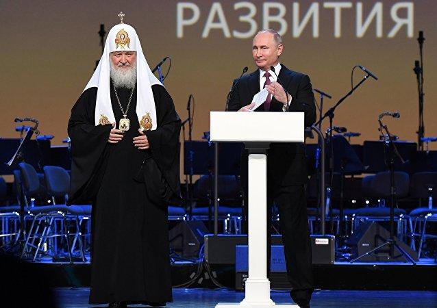 Patriarcha Kirill a ruský prezident Vladimir Putin na zahájení Světové ruské lidové rady