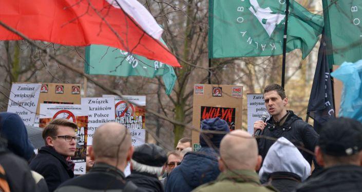 Účastníci mítinku proti zvýšenému počtu ukrajinských migrantů ve Varšavě