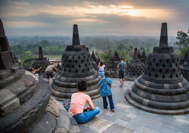 Turisté v chrámovem komplexu Borobudur