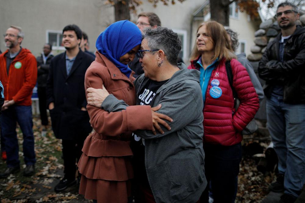 Kandidátka americké demokratické strany Ilhan Omar hovoří se Shay Berkowitz v Minneapolisu, Minnesota