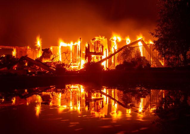 Hořící dům v Reddingu v Kalifornii. Ilustrační foto