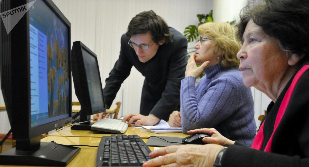 Senioři se učí používat počítač