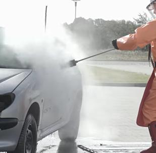 Neuvěřitelné! Podívejte se, co může myčka pod vysokým tlakem udělat s autem (VIDEO)
