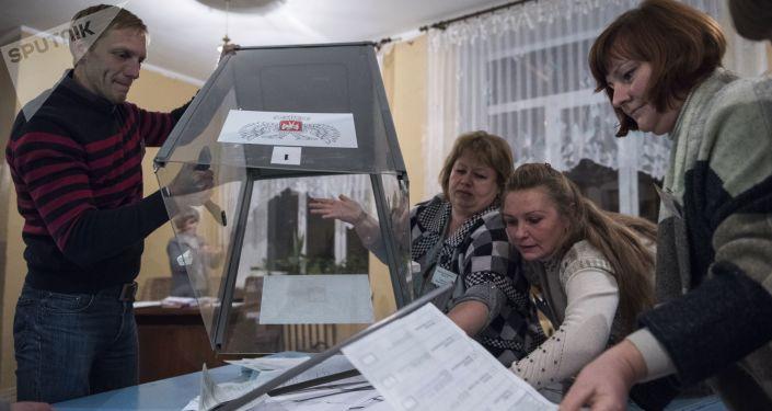 Sčítání hlasovacích lístků volební komisí v DLR