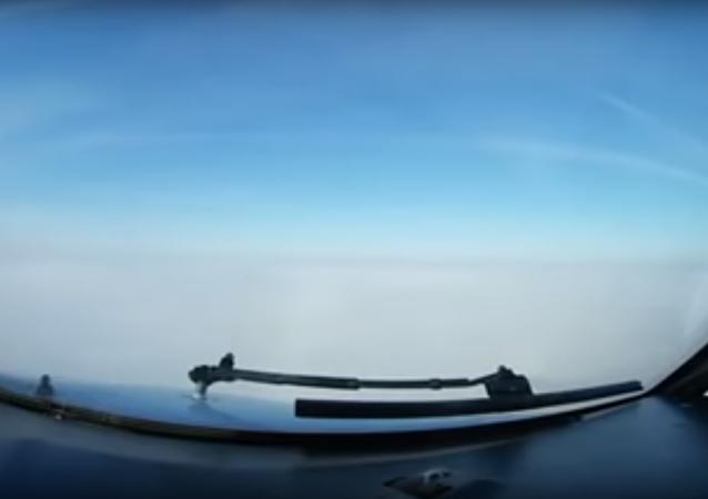 Z kabiny pilota bylo natočeno přistání letadla naslepo
