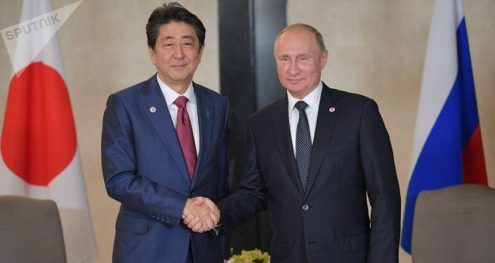 Japonský premiér Šinzó Abe a ruský prezident Vladimir Putin v Singapuru