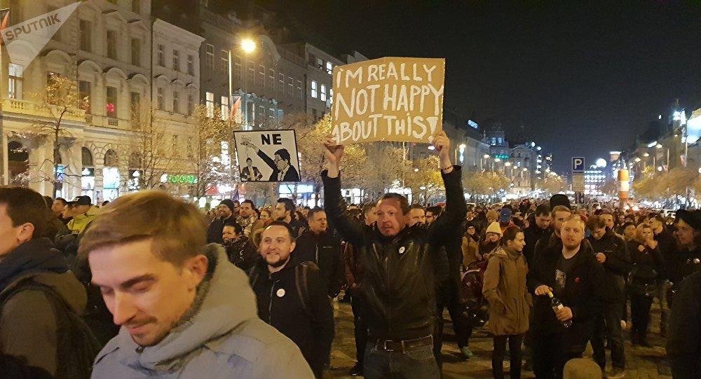Demonstranti na Václavském náměstí v Praze. 15. 11. 2018