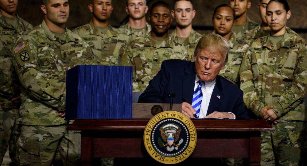 Donald Trump při podpisu obranného rozpočtu v srpnu 2018