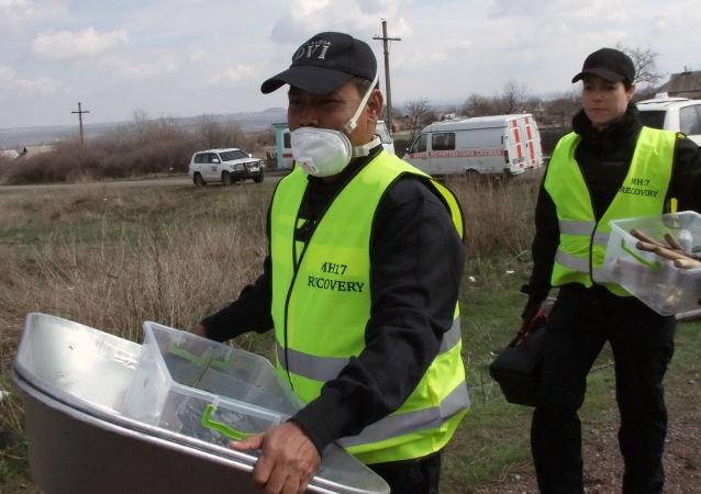 Experti na místě havárie MH17
