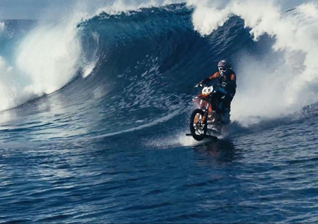 Surfování na motocyklu v podání dvojníka Jamese Bonda