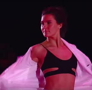 Ruská krasobruslařka Sofia Evdokimovová předvedla během ukázkových vystoupení na Grand Prix v Moskvě striptýz