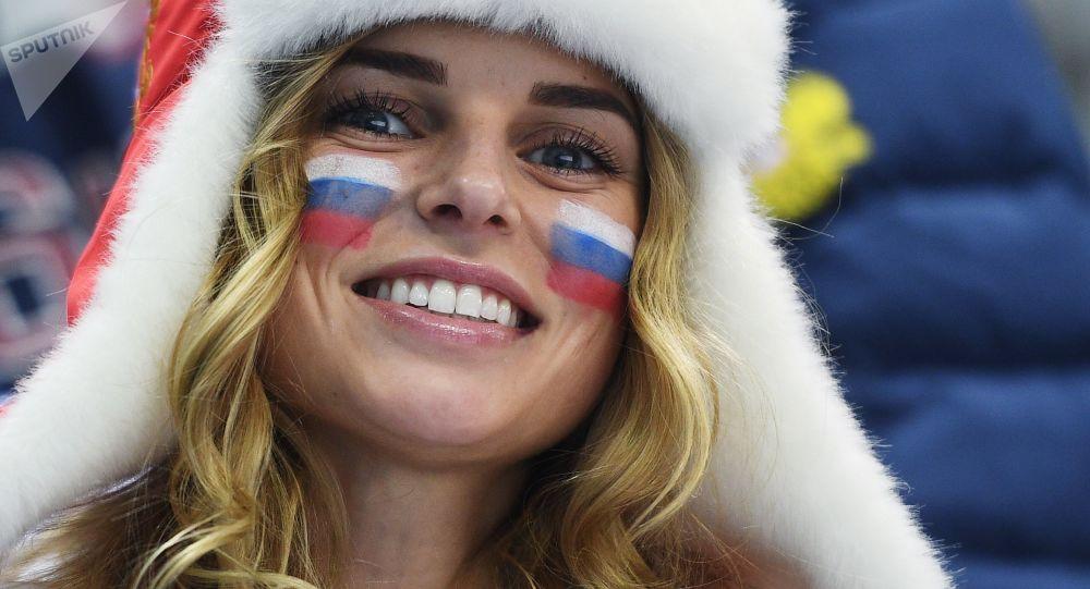 Ruská fanynka před začátkem semifinále hokejového zápasu mezi Ruskem a Českem