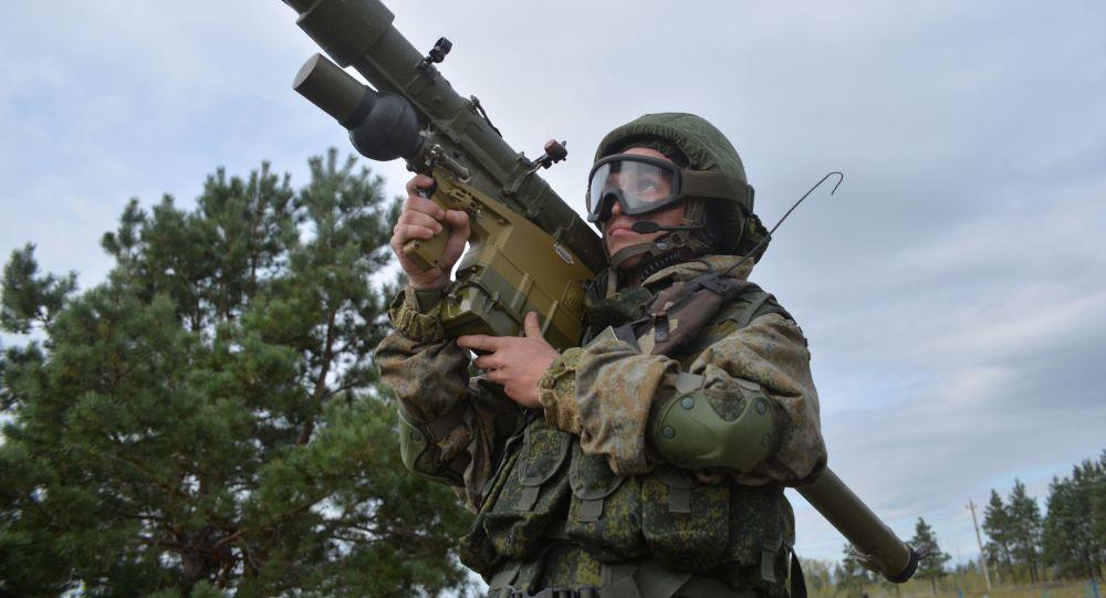 Ruský voják s přenosným raketovým komplexem 9K38 Igla