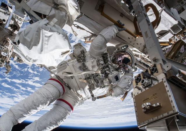 Výstup astronauta NASA Andrewa Fustela do vesmíru