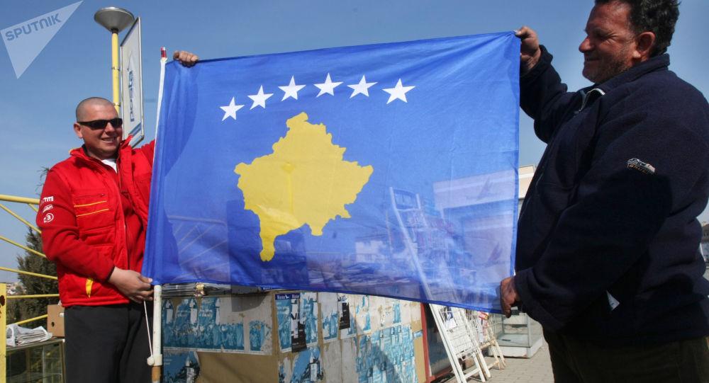 Obyvatelé Prištiny s vlajkou Kosova