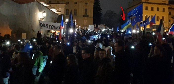 V záplavě vlajek ČR a EU se nesla i vlajka Ukrajiny.