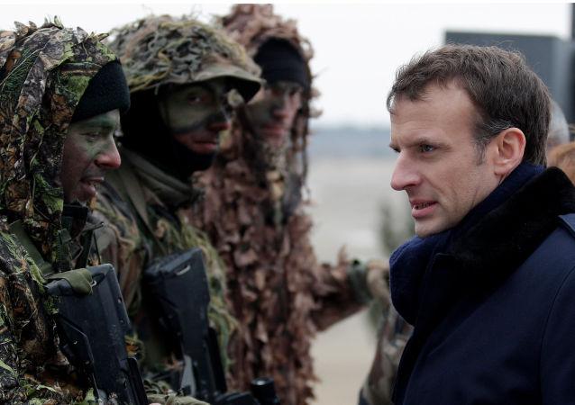Francouzský prezident Emmanuel Macron během vojenských cvičení francouzské armády ve vojenském táboře.Reims