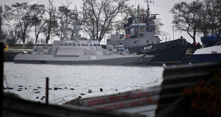 Tři ukrajinské lodě v přístavu Kerče