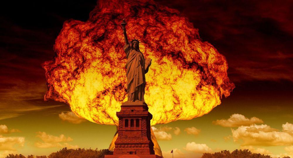 Socha Svobody na pozadí jaderného výbuchu. Ilustrační foto.