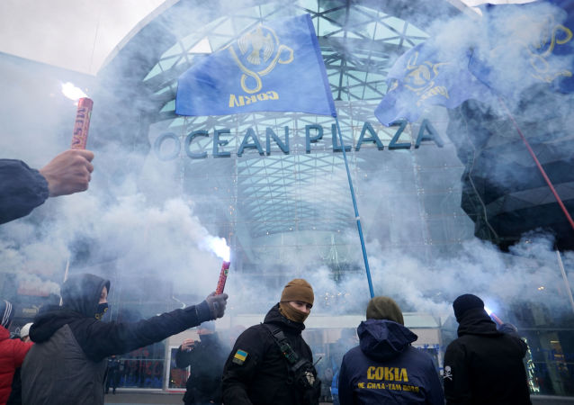 Mítink radikálů proti ruskému byznysu na Ukrajině před obchodním střediskem Ocean Plaza