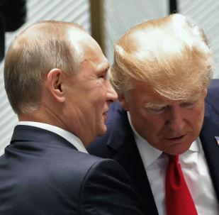 Prezident Ruské Federace Vladimir Putin a prezident USA Donald Trump před pracovním setkáním lídrů ekonomik fóra Asijsko-pacifického hospodářského společenství (APEC).
