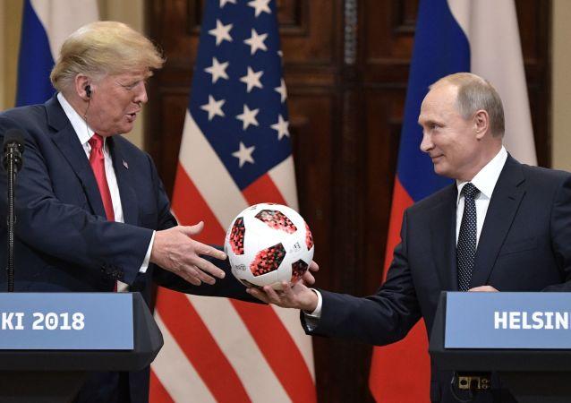 16. července 2018. Ruský prezident Vladimir Putin a americký prezident Donald Trump na společné tiskové konferenci po setkání v Helsinkách.