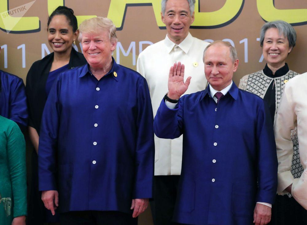 Americký prezident Donald Trump a ruský prezident Vladimir Putin v národním vietnamském oblečení na summitu APEC ve Vietnamu
