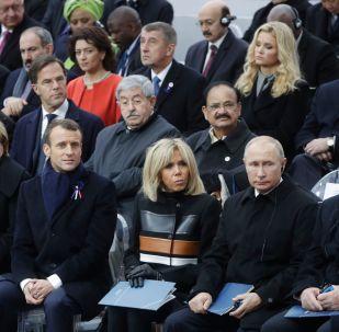 Americký prezident Donald Trump, německá kancléřka Angela Merkelová, francouzský prezident Emmanuel Macron se svou chotí Brigitte a ruský prezident Vladimir Putin během oslav 100. výročí konce 1. světové války.