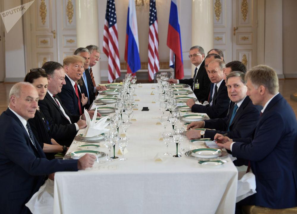 Ruský prezident Vladimir Putin a americký prezident Donald Trump během rusko-amerických rozhovorů v prezidentském paláci v Helsinkách