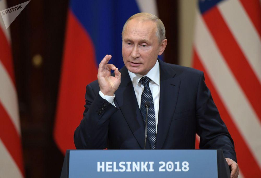 Vladimir Putin na společné tiskové konferenci s prezidentem Spojených států Donaldem Trumpem po setkání v Helsinkách