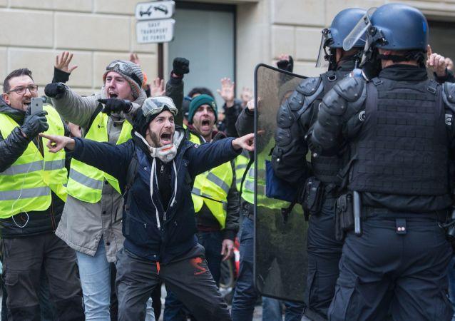 Protesty hnutí Žlutých vest ve Francii kvůli rostoucím cenám za pohonné hmoty.