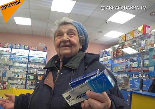 Blogeři babičkám zaplatili léky. Jejich reakce je drahocenná