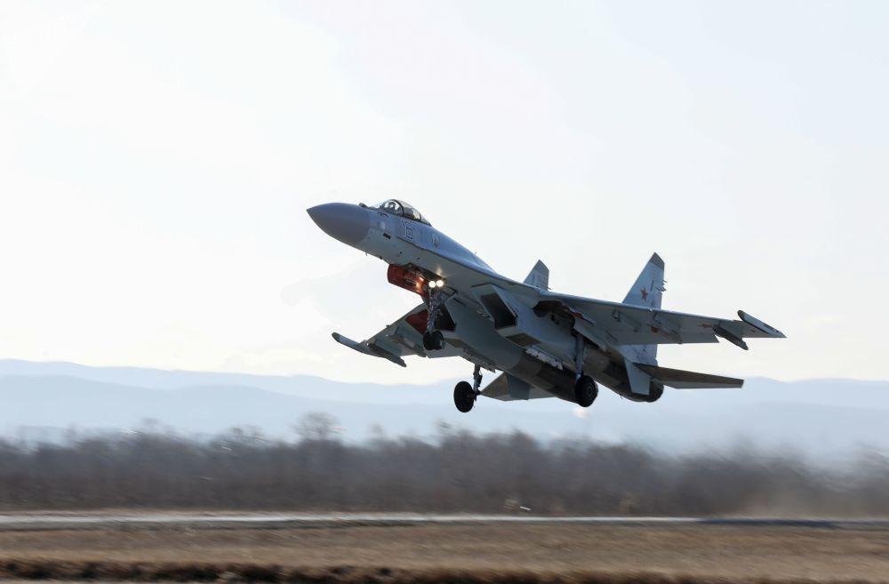 """""""Ruští sokolové"""": Letecké vystoupení stíhaček Su-35S ve Vladivostoku"""