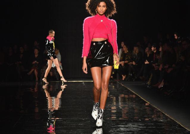 Modelka na módní přehlídce Versace Pre-Fall 2019 v New Yorku (2. prosinec 2018).