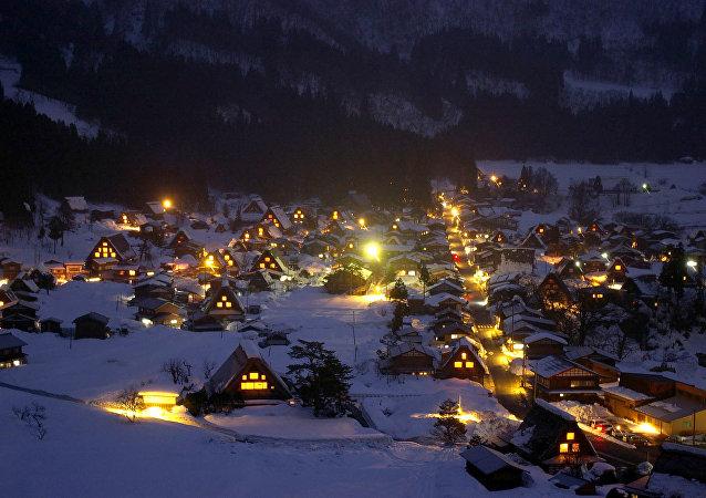 Zasněžená vesnice Shirakawa-go, která se nachází v horské oblasti ostrova Honshu v Japonsku