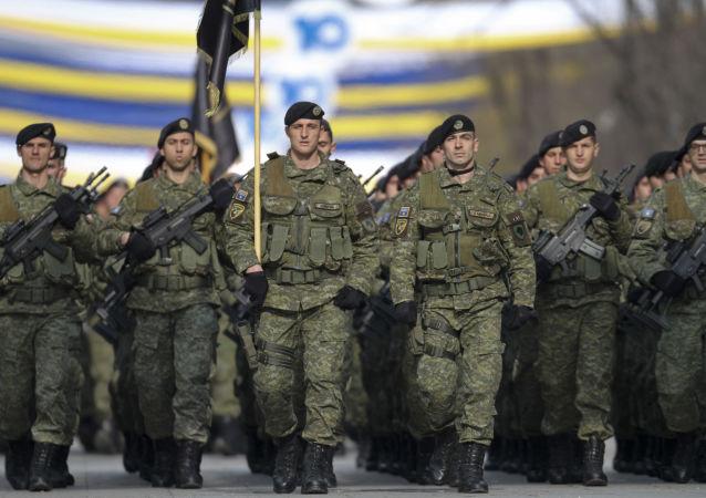 Přehlídka bezpečnostních sil Kosova při příležitosti desátého výročí nezávislosti (dne 18. února 2018, Pruština).