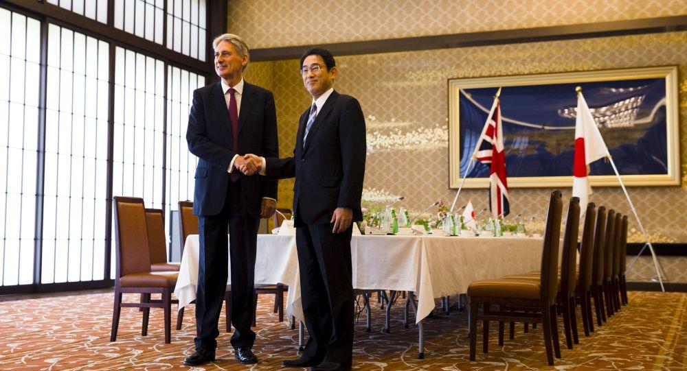 Ministři zahraničí Japonska a Velké Británie během setkání v Tokiu