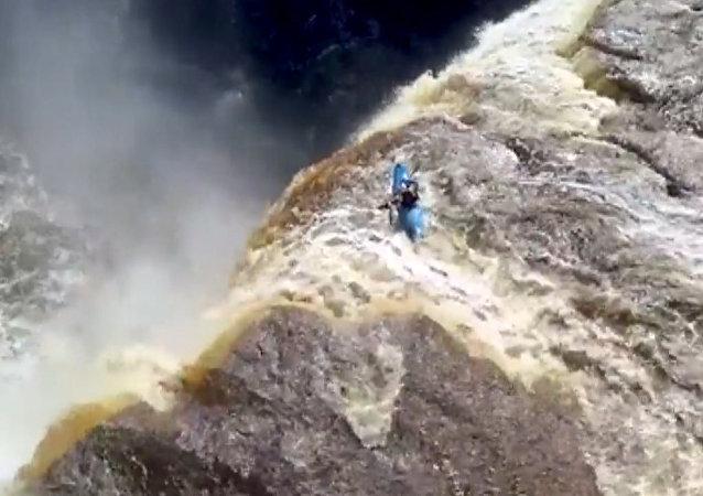 Neuvěřitelný pád kajakáře z vodopádu
