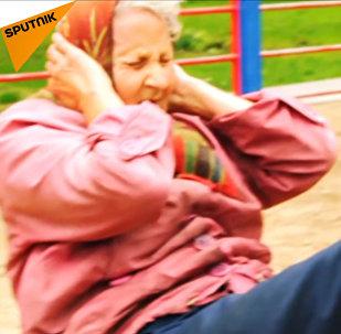 """72letá ruská """"babuška"""" cvičí ve venkovní tělocvičně v Kaliningradu."""