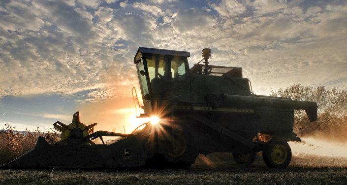Německý důchodce dokázal dokončit cestu do Ruska v zastaralém traktoru