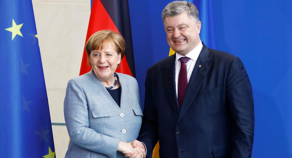Ukrajinský prezident Petro Porošenko s německou kancléřkou Angelou Merkelovou