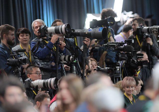 Novináři během výroční tiskové konference