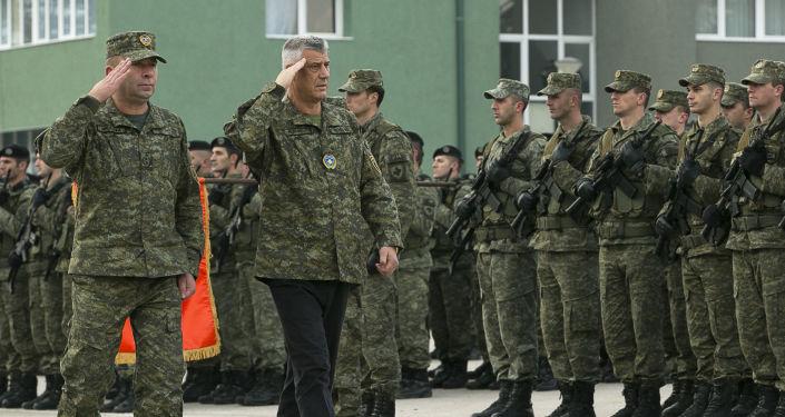 Vojenská přehlídka za účasti kosovského prezidenta Hashima Thaçiho a velitele bezpečnostních sil Rrahmana Ramy