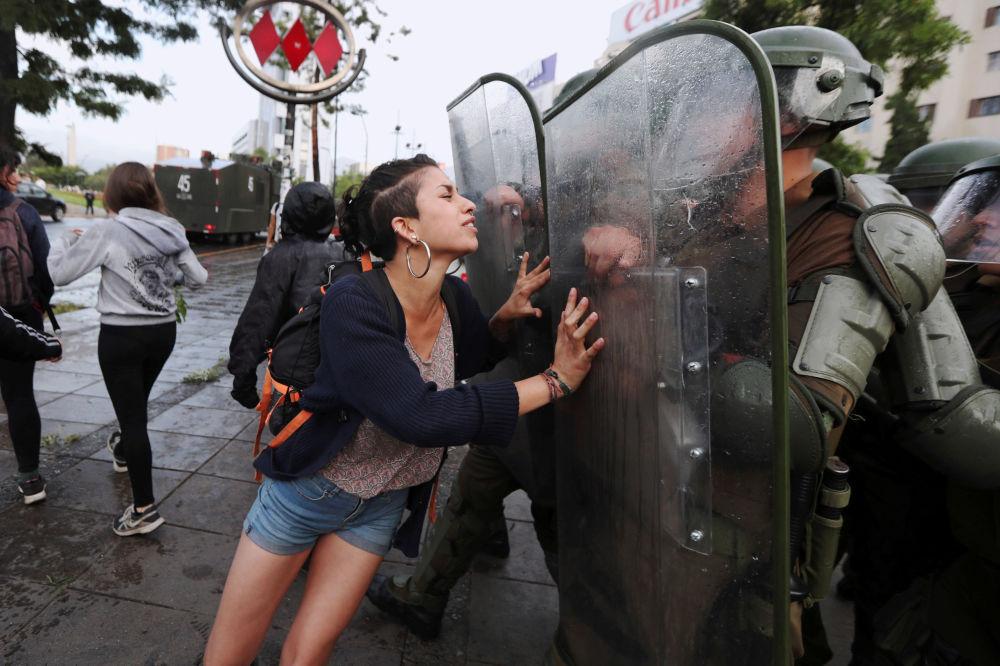 Tento týden v obrázcích: ples, protesty a požár
