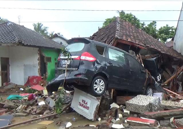 Počet obětí tsunami v Indonésii se zvýšil na 222