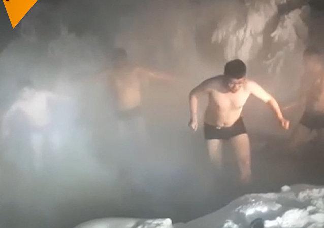Turisté se cachtají  ve vodě při -60 °